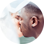 Couple kissing by Hanne Brooks Photography
