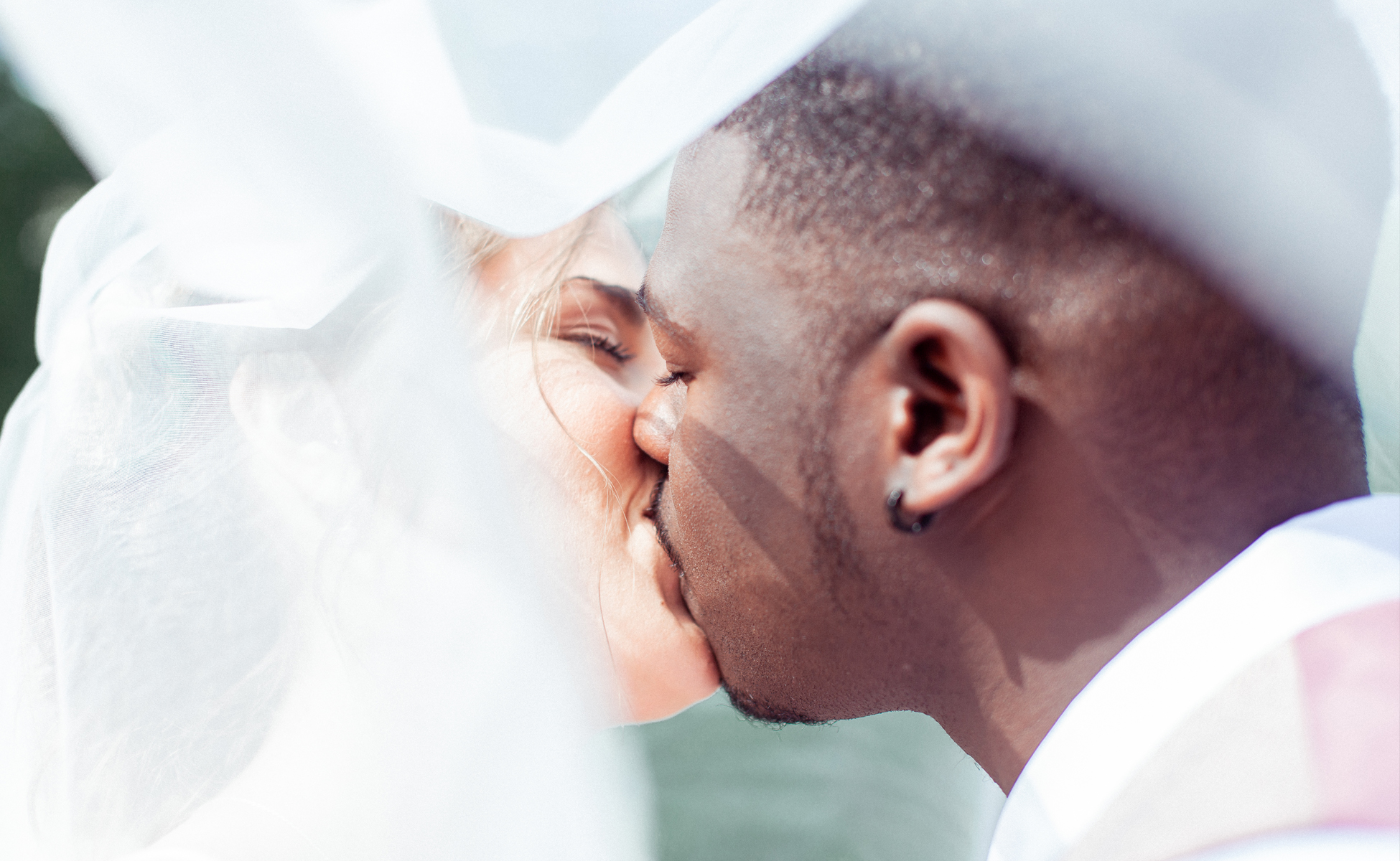Couple kissing at wedding by Hanne Brooks Photography