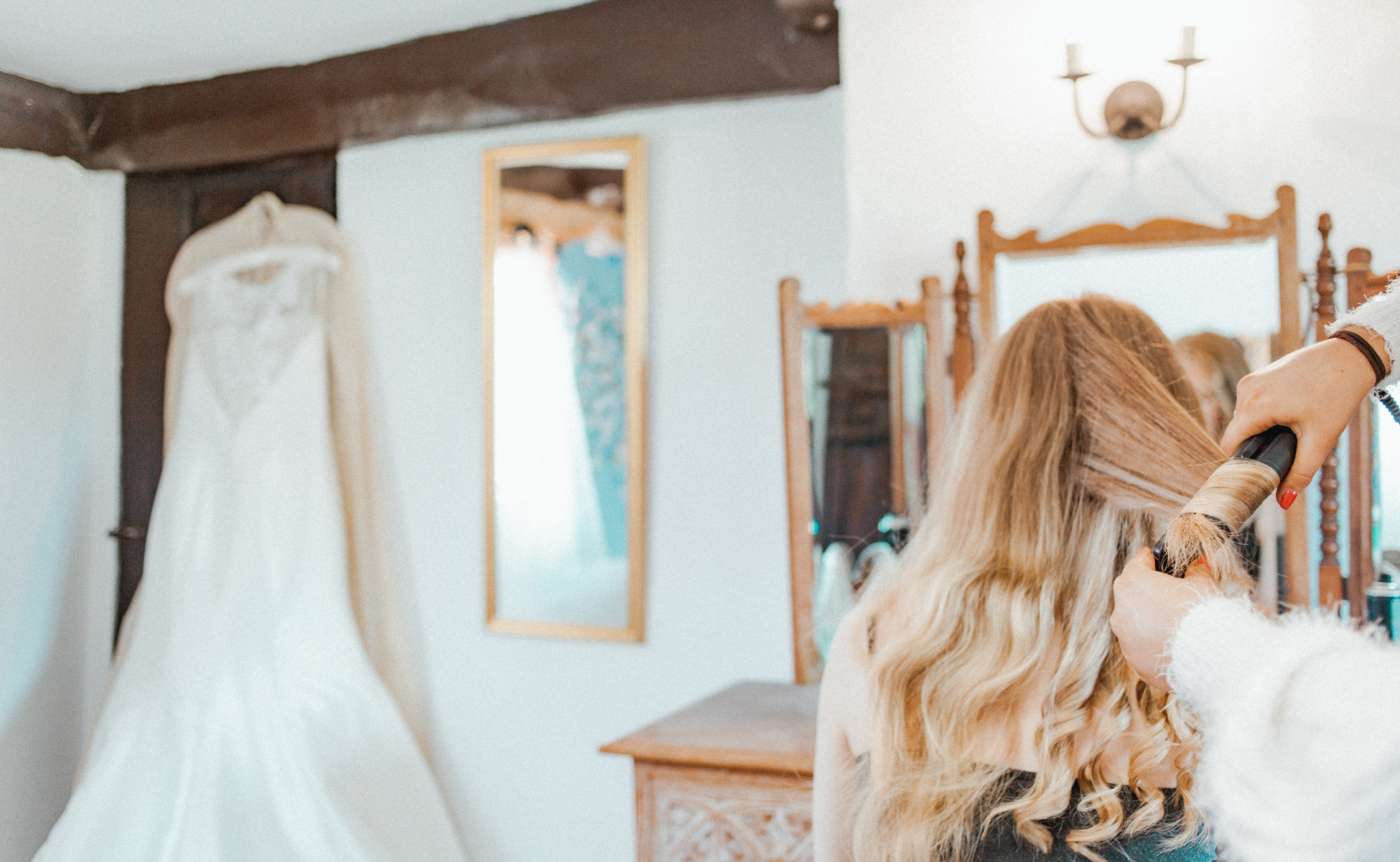 Curling hair before wedding by Hanne Brooks Photography