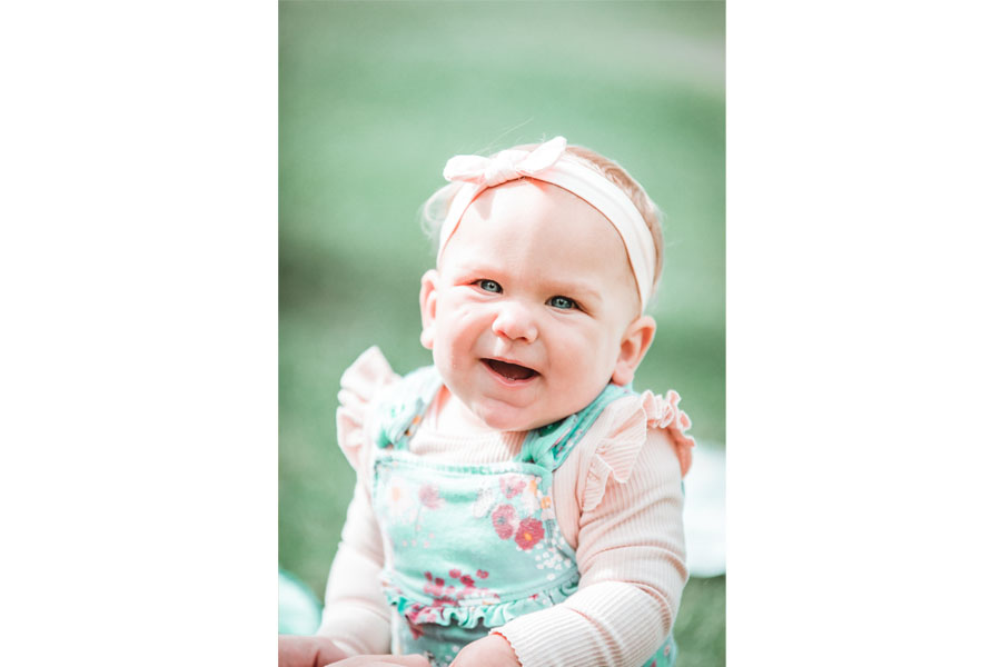 Baby smiling by Hanne Brooks Photography